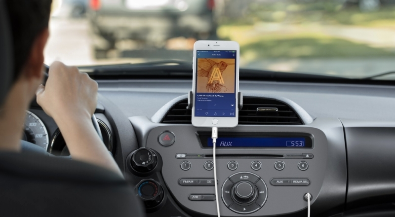 Cable «Belkin» connects «iPhone» Bastio cars